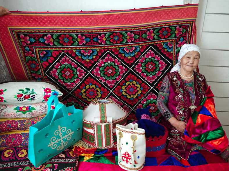 Участница фестиваля Шамшакызы Жазихан (с. Карабатыр)