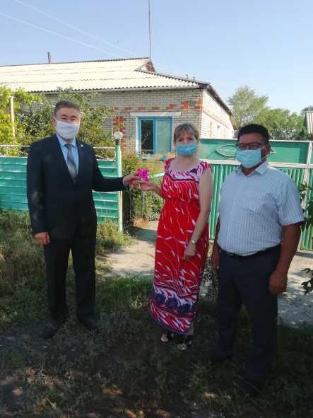 Аким района Г. Бекмухамедов вручил ключи от квартиры Л. Гайзер