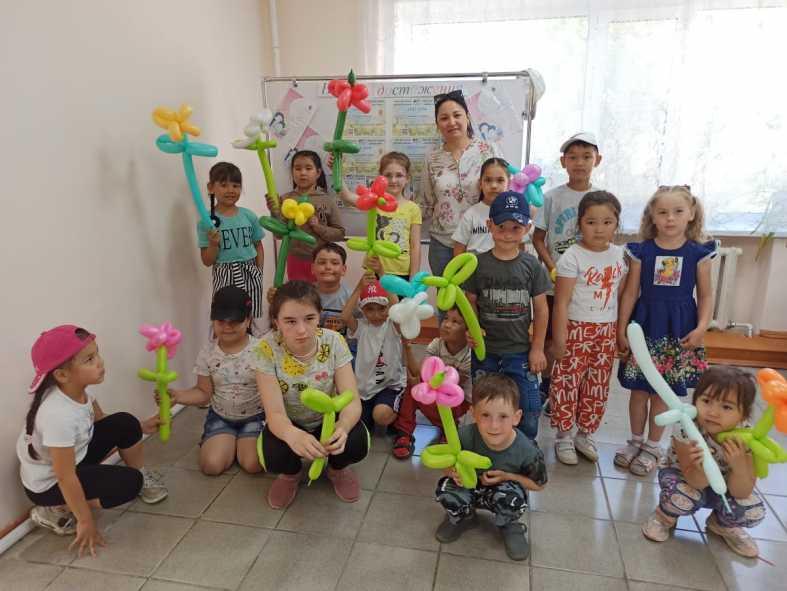 Дети научились моделировать цветы из воздушных шариков