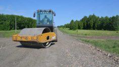 Рабочий момент каток под управление водителя занимается уплотнением насыпного грунта и щебня