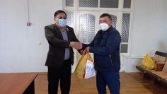 Депутаты вручили медработникам Узункольской районной больницы, борющимся с эпидемией коронавируса, продуктовые наборы 1