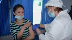 Жители райцентра вакцинируются в мобильном медицинском пункте (1)